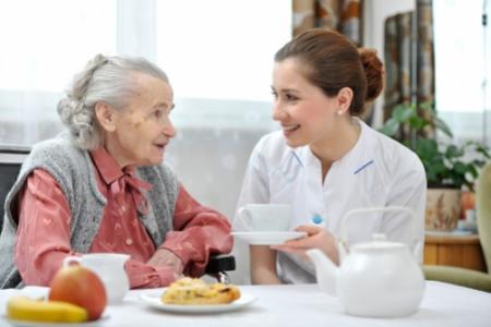 Người giúp việc cần quan tâm tới chế độ dinh dưỡng cho người già