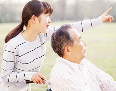 Người giúp việc cần thường xuyên đưa người già đi dạo