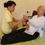 Giúp việc gia đình phải biết chăm sóc người già